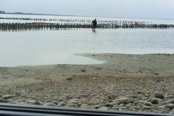 De steenslagweg door de zee in Denemarken