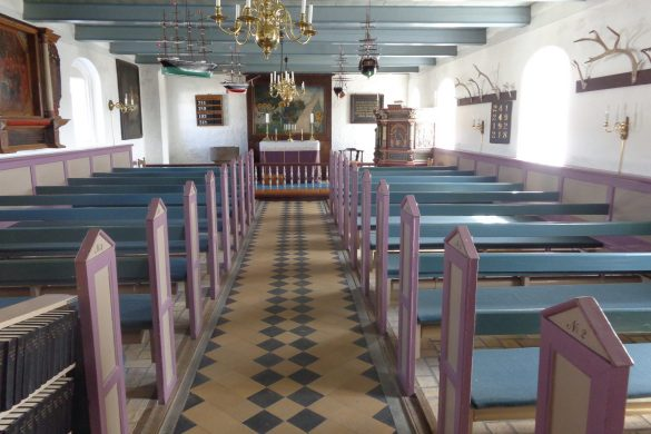 De steenslagweg door de zee in Denemarken