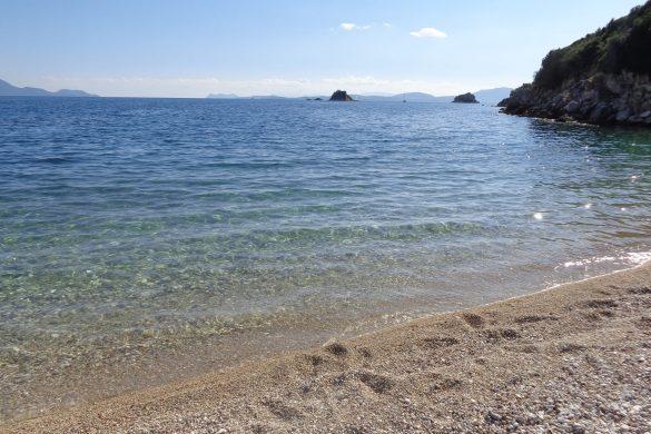 Maagdelijk strandje bij kapelletje