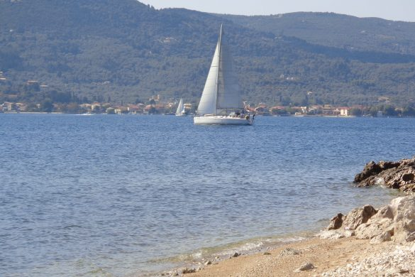 boot met Lefkas op de achtergrond