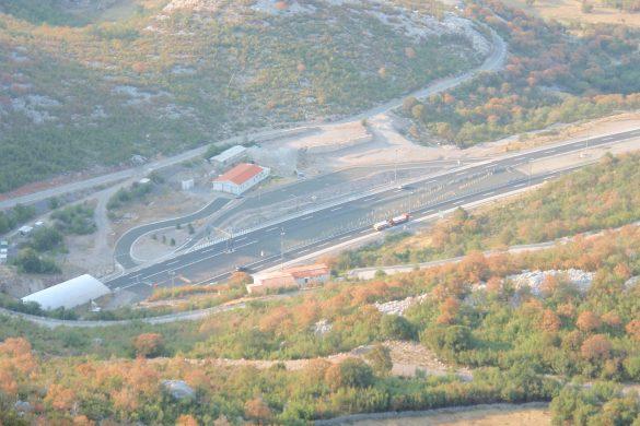 Kroatische snelweg komt uit de Sveti Rok tunnel