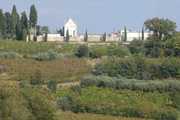 uitzicht op begraafplaats van Mossano