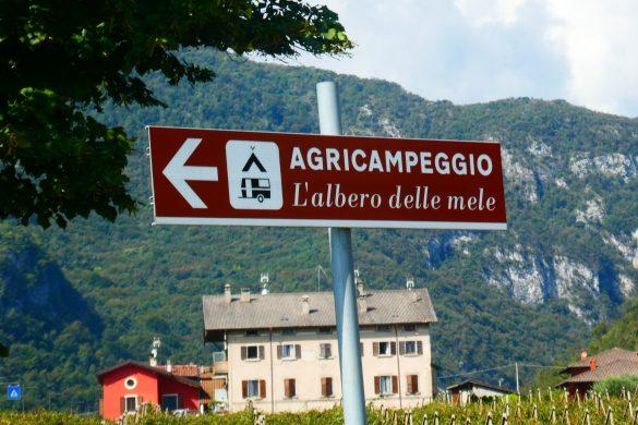 aanwijsbord naar boerencamping vlakbij Gardameer