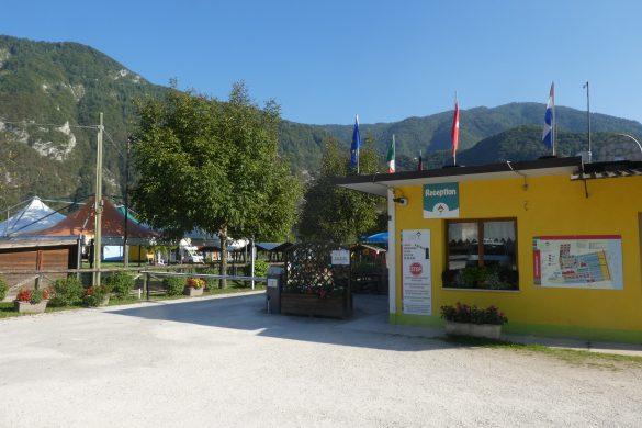 receptie camping aan het Lago di Corlo