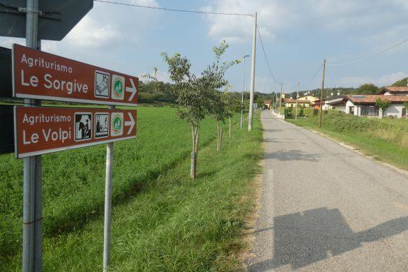 toegangsweg kleine boerencamping in Italië