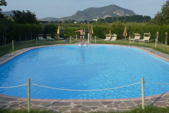 zwembad bij Agriturismo Alba