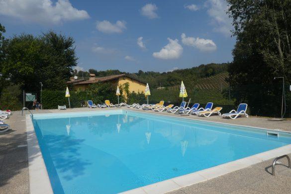 zwembad op kleine boerencamping in Italië